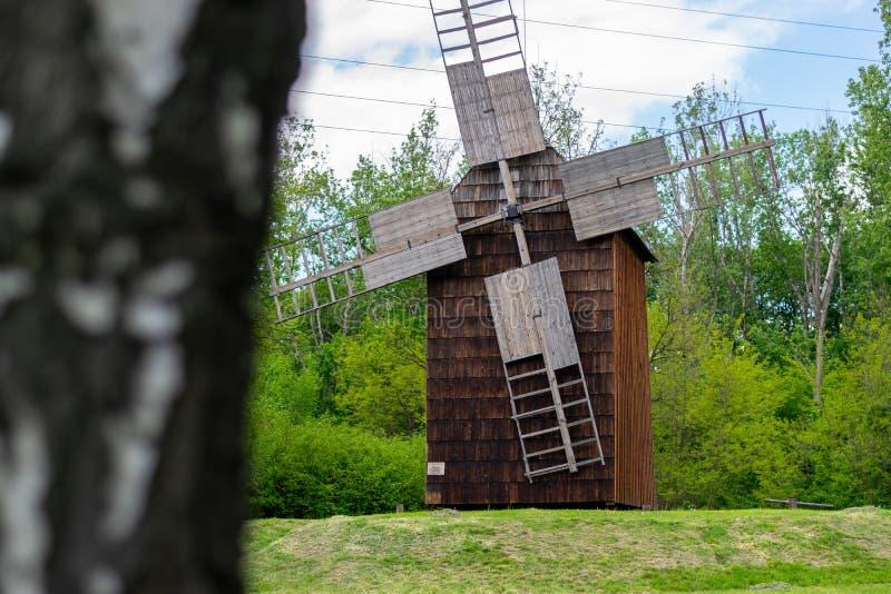 Paisaje hermoso del molino de viento en Polonia imagen de archivo
