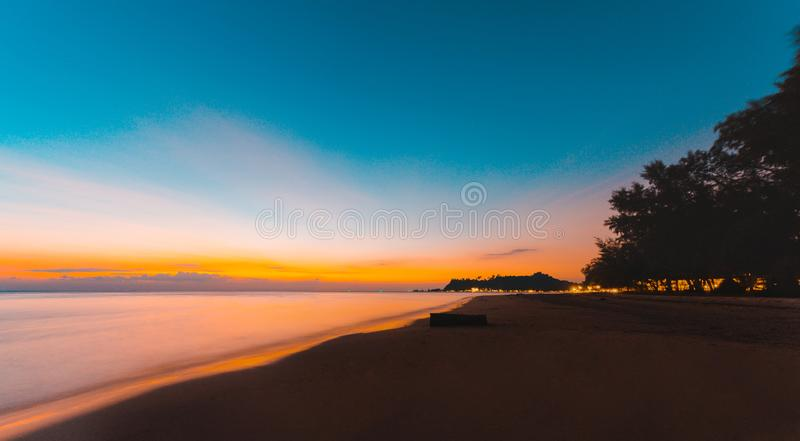 Paisaje hermoso del océano en el tiempo de la puesta del sol Panorama imagen de archivo