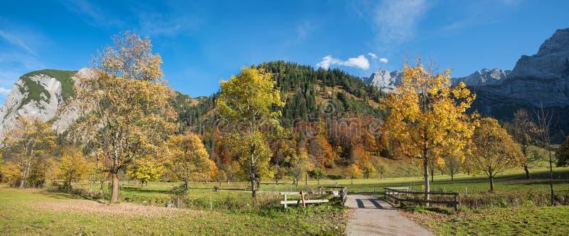 Paisaje hermoso del otoño, caminando el valle del karwendel del área, nombrado fotos de archivo