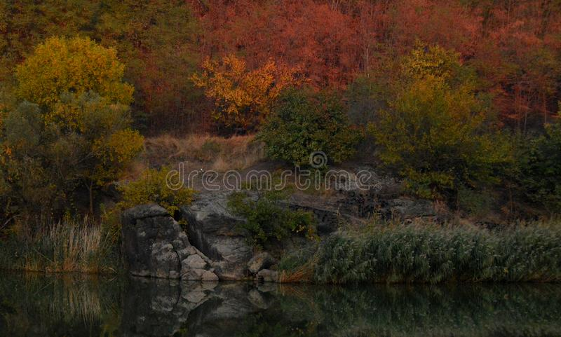 Paisaje hermoso del otoño cerca del río foto de archivo