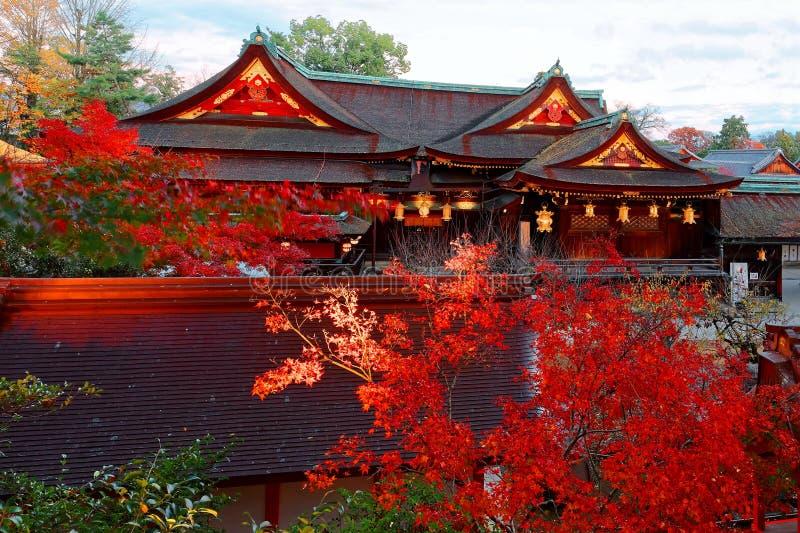 Paisaje hermoso del otoño de los árboles de arce por arquitecturas japonesas tradicionales majestuosas fotos de archivo
