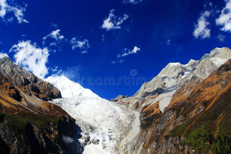 Paisaje hermoso del otoño en parque de los glaciares de Hailuogou fotos de archivo