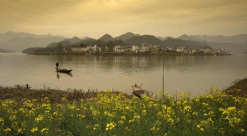 Paisaje hermoso del país en un lago, China foto de archivo libre de regalías