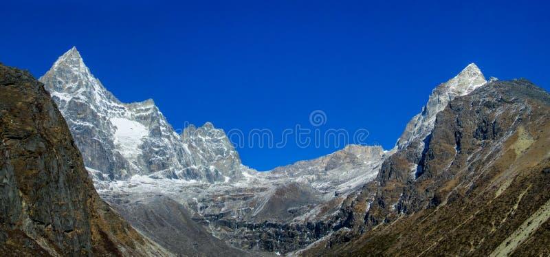 Paisaje hermoso del panorama de las montañas de Himalaya imagenes de archivo