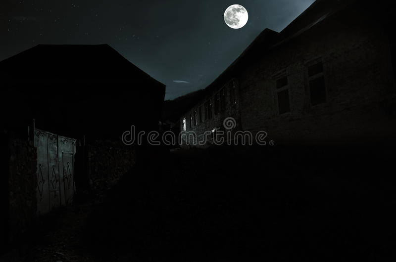 Paisaje hermoso del pueblo de montaña de Ilisu en la ladera Las montañas del Cáucaso grandes en la noche en Luna Llena se enciend fotos de archivo libres de regalías