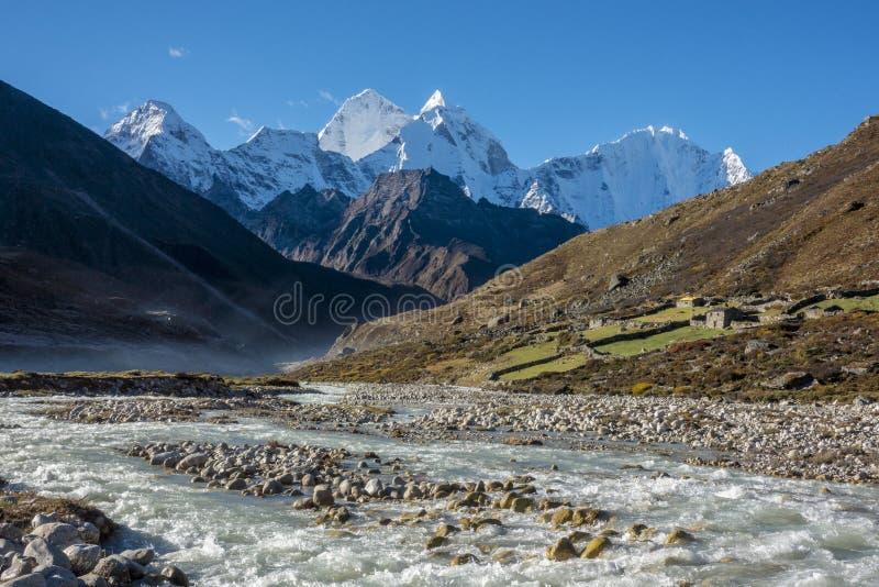 Paisaje hermoso del pueblo de Pheriche y de x28; 4240 m& x29; Ruta del campo bajo de Lukla-Everest foto de archivo