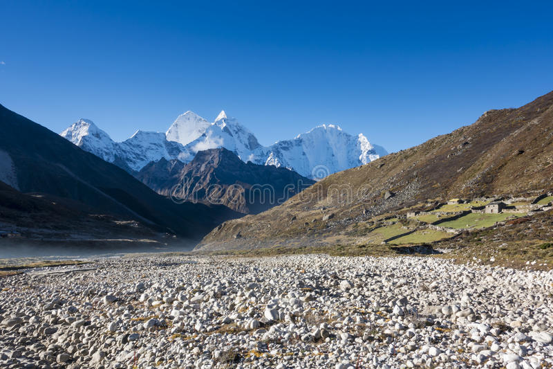 Paisaje hermoso del pueblo de Pheriche y de x28; 4240 m& x29; Ruta del campo bajo de Lukla-Everest fotografía de archivo libre de regalías