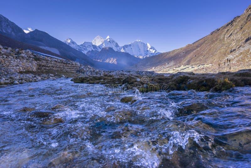 Paisaje hermoso del pueblo de Pheriche y de x28; 4240 m& x29; Ruta del campo bajo de Lukla-Everest fotografía de archivo