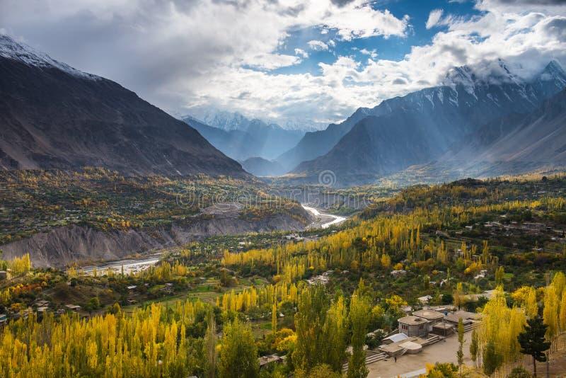 Paisaje hermoso del valle de Hunza en la estación del otoño foto de archivo