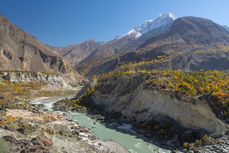 Paisaje hermoso del valle en la estación del otoño, Gilgit Balti de Hunza imagen de archivo