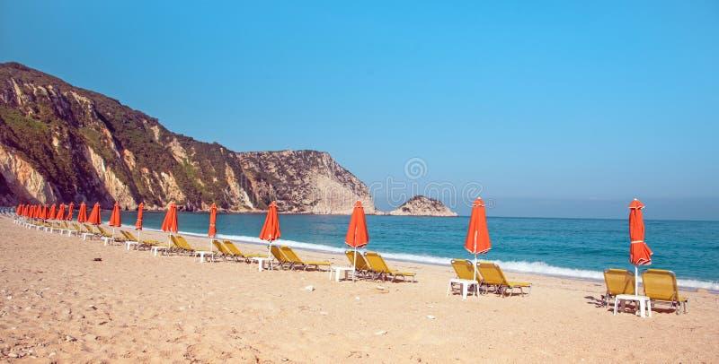 Paisaje hermoso del verano con los ociosos FO de la playa y del sol de Petani imagenes de archivo
