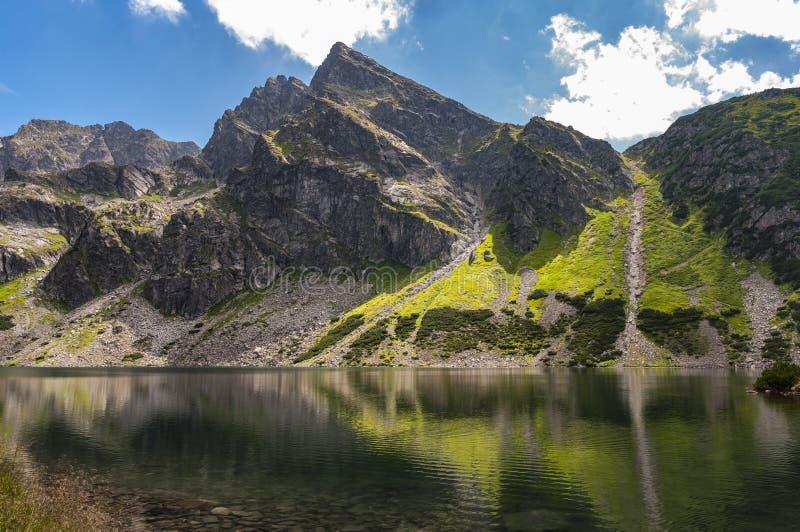 Paisaje hermoso del verano de la charca negra Gasienicowy en Tatra MES imagenes de archivo