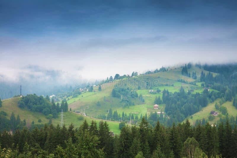 Paisaje hermoso del verano de la montaña Mañana brumosa de los picos de montaña fotos de archivo