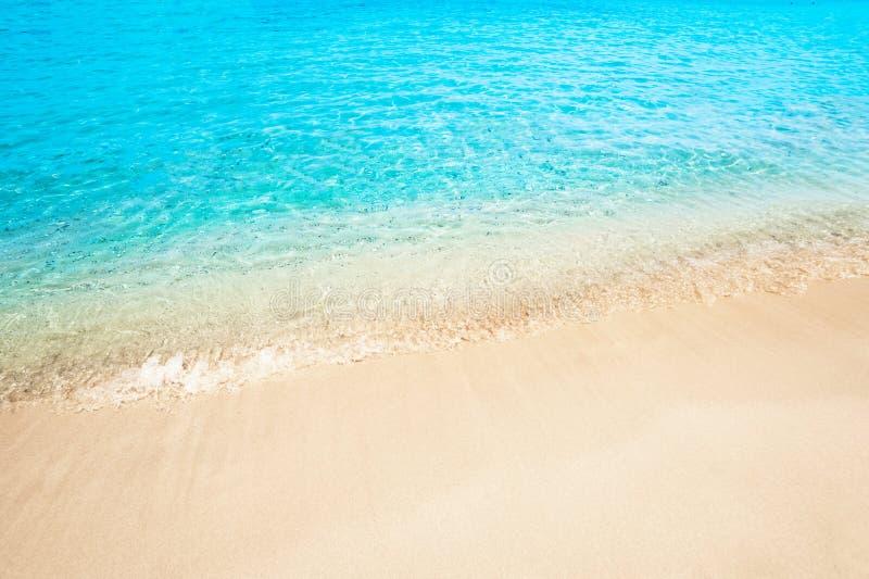 Paisaje hermoso del verano del sol de la arena de la playa del mar para el papel pintado, tro imagen de archivo libre de regalías