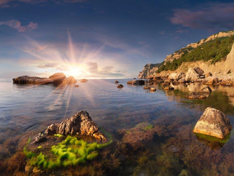 Paisaje hermoso del verano en el mar imagen de archivo