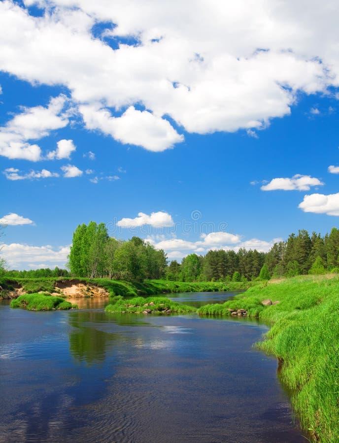 Paisaje hermoso del verano. río y cielo azul imagenes de archivo