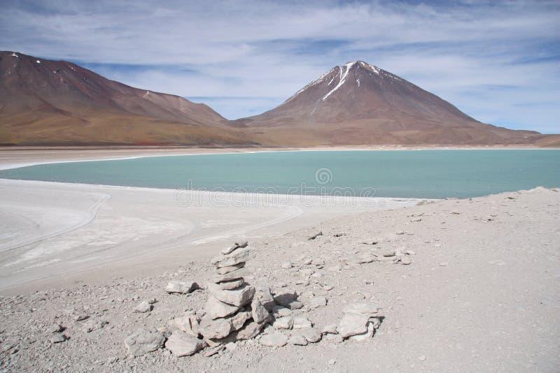 Paisaje hermoso del volcán con una laguna verde imagenes de archivo
