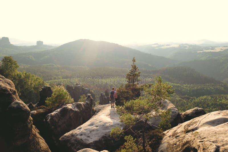 Paisaje hermoso en el elbsandsteingebirge con un par que disfruta del paisaje foto de archivo