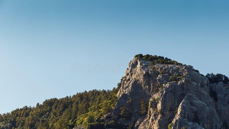 Paisaje hermoso en el Mountain View Hermosa vista de las montañas del tauro en el sol de la mañana contra el cielo azul imagenes de archivo