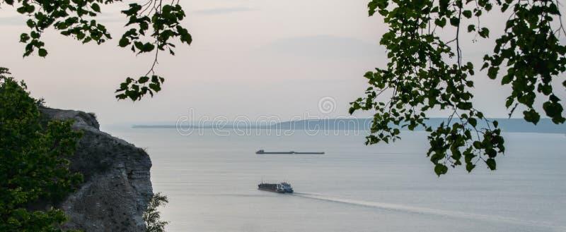 Paisaje hermoso en el río Volga, con las gabarras flotando en la distancia fotos de archivo libres de regalías