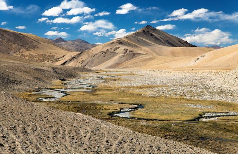 Paisaje hermoso en el valle de Rupshu cerca del lago Moriri fotografía de archivo