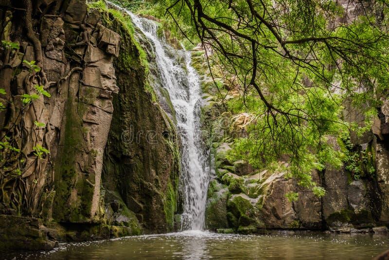 Paisaje hermoso en la cascada de Mourão - Anços, Montelavar - Sintra PORTUGAL imagen de archivo