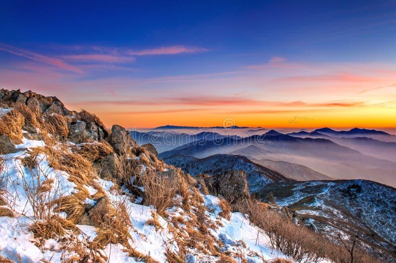 Paisaje hermoso en la puesta del sol en el parque nacional de Deogyusan en invierno imagen de archivo libre de regalías