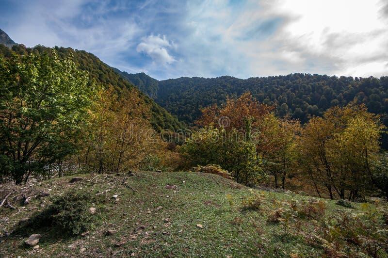 Paisaje hermoso en las montañas con el sol en el amanecer Montañas en el tiempo de la puesta del sol Montañas de Azerbaijan el Cá fotografía de archivo