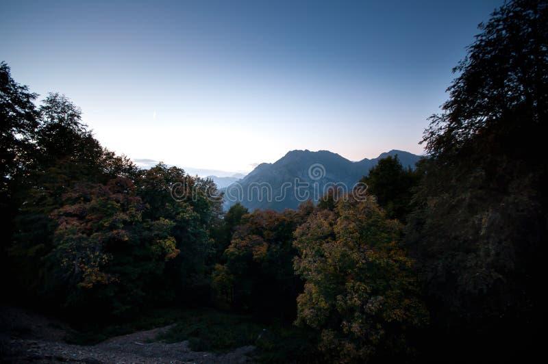 Paisaje hermoso en las montañas con el sol en el amanecer Montañas en el tiempo de la puesta del sol Montañas de Azerbaijan el Cá foto de archivo libre de regalías
