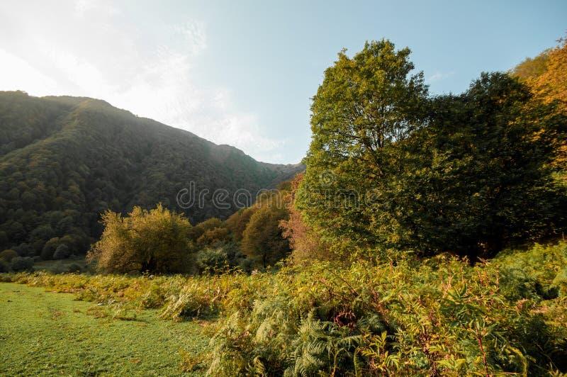 Paisaje hermoso en las montañas con el sol en el amanecer Montañas en el tiempo de la puesta del sol Montañas de Azerbaijan el Cá imagen de archivo libre de regalías
