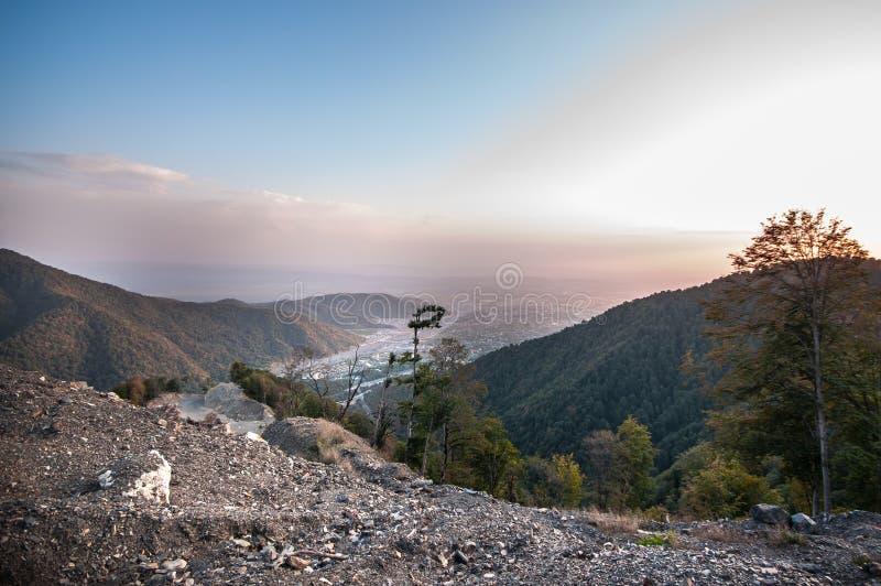 Paisaje hermoso en las montañas con el sol en el amanecer Montañas en el tiempo de la puesta del sol Montañas de Azerbaijan el Cá foto de archivo