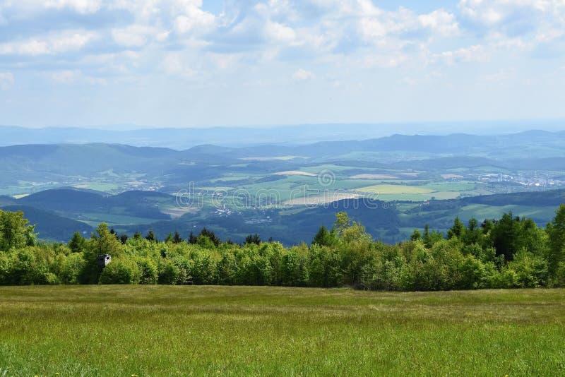 Paisaje hermoso en las montañas en verano República Checa - los Cárpatos - la Europa blancos fotos de archivo