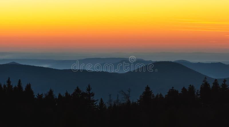 Paisaje hermoso las montañas de los Vosgos en la oscuridad con el cielo graduado colorido vibrante, invierno, Alsacia, Francia fotografía de archivo libre de regalías