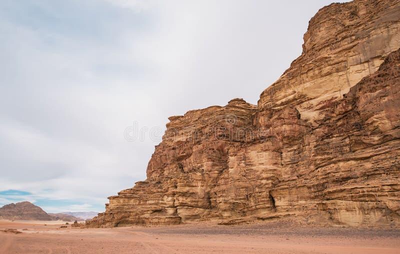Paisaje hermoso que consiste en las montañas rocosas en el medio del desierto de Wadi Rum en Jordania imagen de archivo
