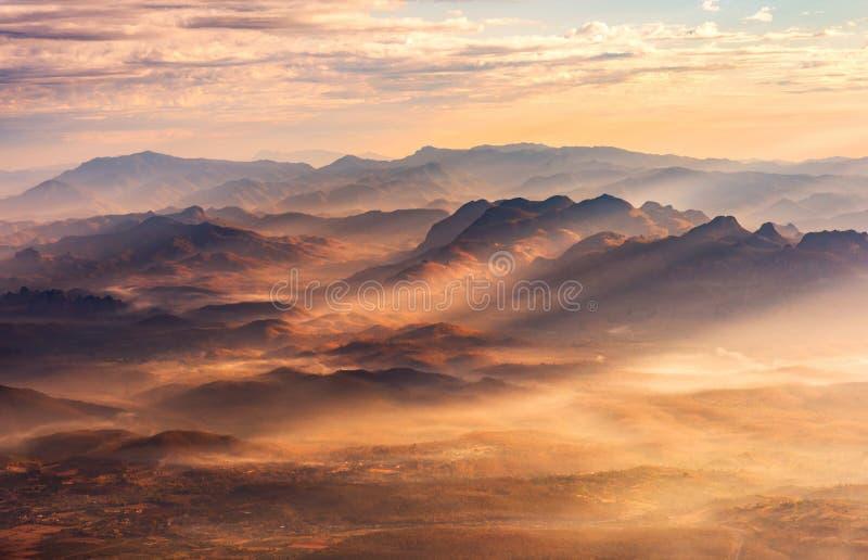 Paisaje hermoso valle de la montaña y de la niebla, capa de la montaña adentro foto de archivo libre de regalías
