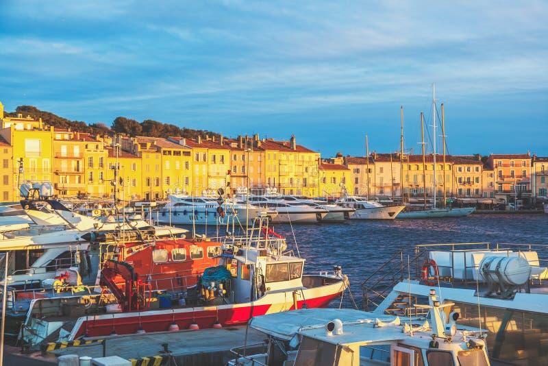 Paisaje hermoso, vista de la ciudad vieja y el puerto con los barcos imágenes de archivo libres de regalías