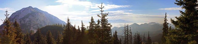 Paisaje hermoso visto desde arriba de la montaña fotos de archivo