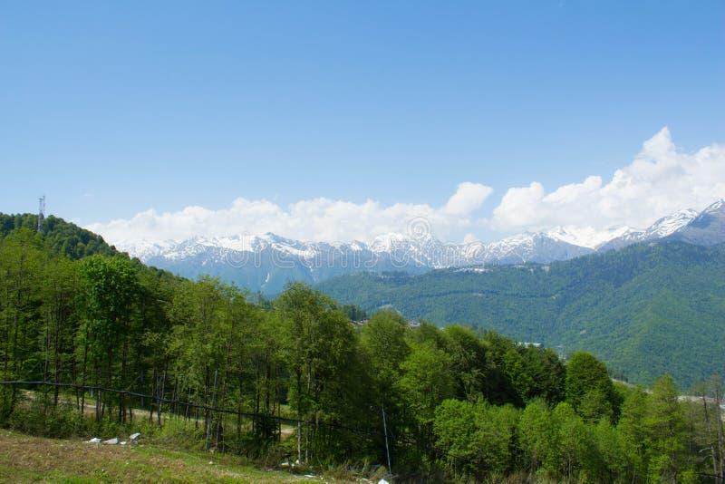 Paisaje hermoso y prados de la montaña el día soleado del verano Cielo nublado azul agradable Montañas y colinas verdes foto de archivo