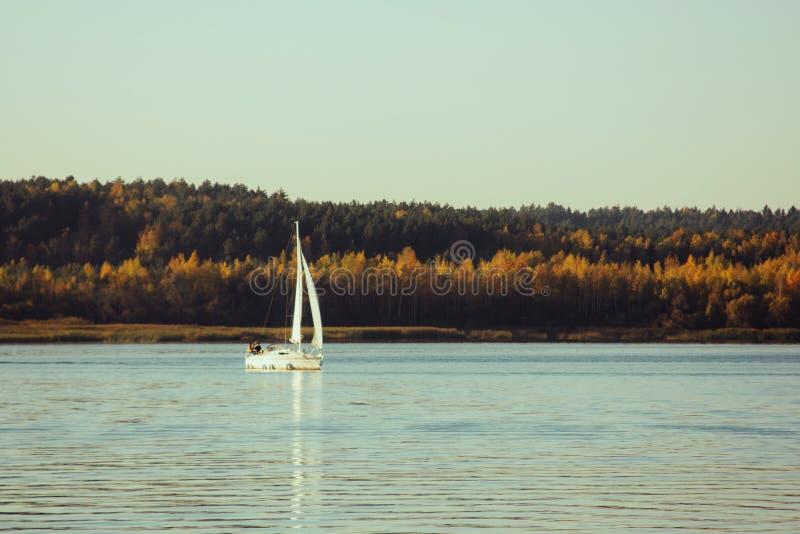 Paisaje hermoso, yate, y puesta del sol del lago Línea azul de las ondas, del barco y del horizonte en el agua Fondo hermoso fotografía de archivo libre de regalías