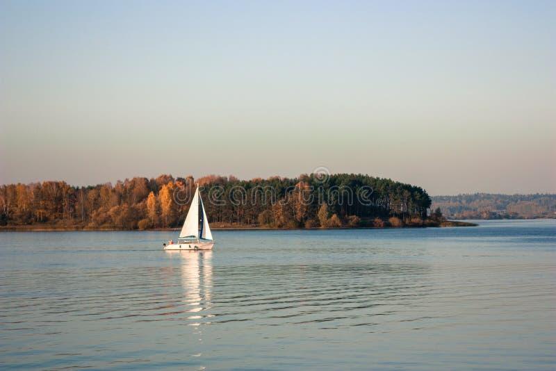 Paisaje hermoso, yate, y puesta del sol del lago Línea azul de las ondas, del barco y del horizonte en el agua Fondo hermoso foto de archivo libre de regalías