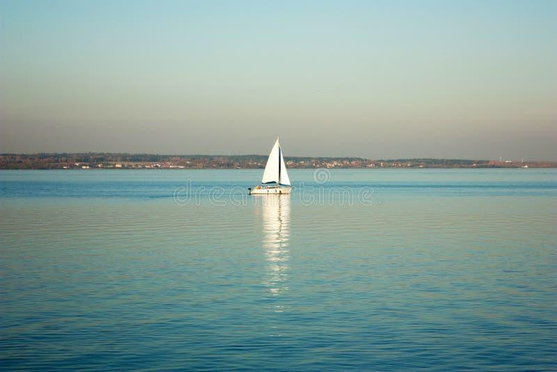 Paisaje hermoso, yate, y puesta del sol del lago Línea azul de las ondas, del barco y del horizonte en el agua Fondo hermoso fotografía de archivo