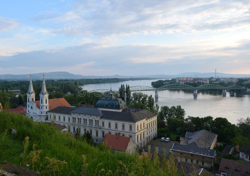 Paisaje histórico en Esztergom con Danubio fotos de archivo