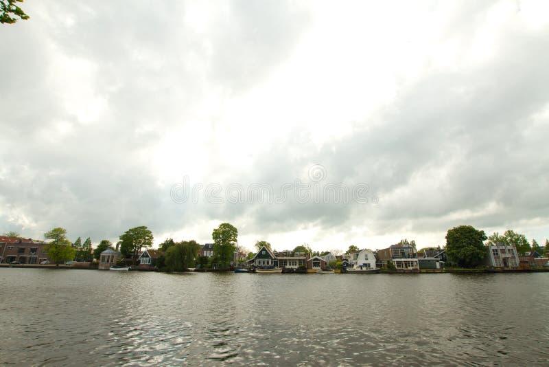 Paisaje holandés rural de pequeños casas y canal viejos en Zaanse, red imagen de archivo