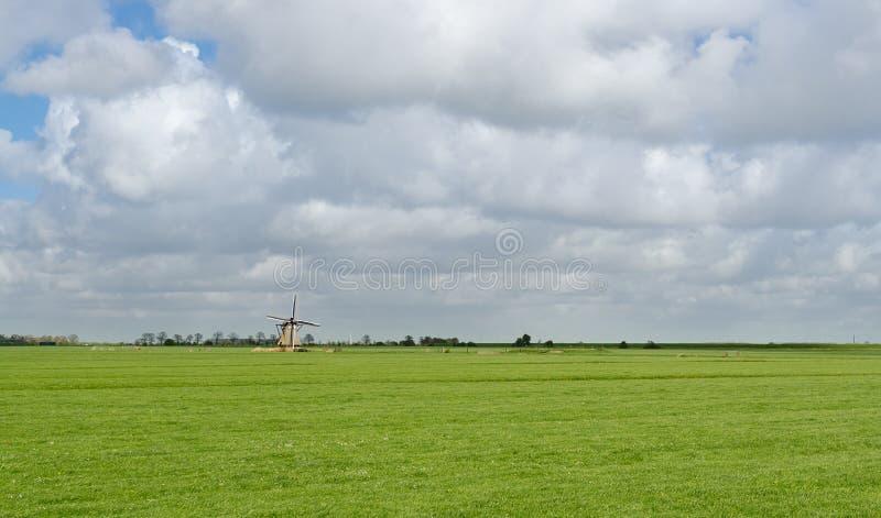 Paisaje holandés típico con el molino de viento viejo foto de archivo libre de regalías