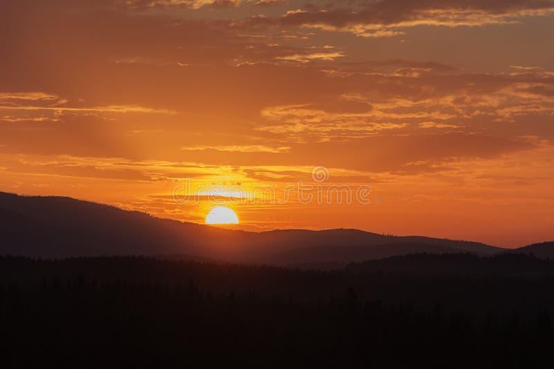 Paisaje idílico colorido de la puesta del sol en las montañas checas foto de archivo libre de regalías