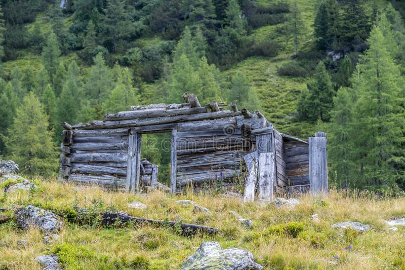 Paisaje idílico de la montaña en las montañas: Ruina de un chalet, de prados y del bosque imagen de archivo libre de regalías