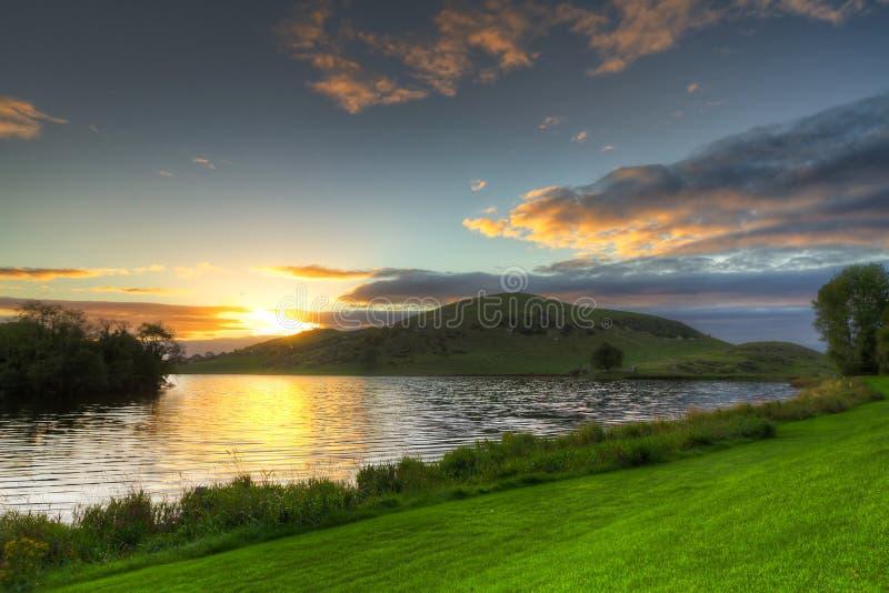 Paisaje idílico de la puesta del sol en el lago Gur imagenes de archivo