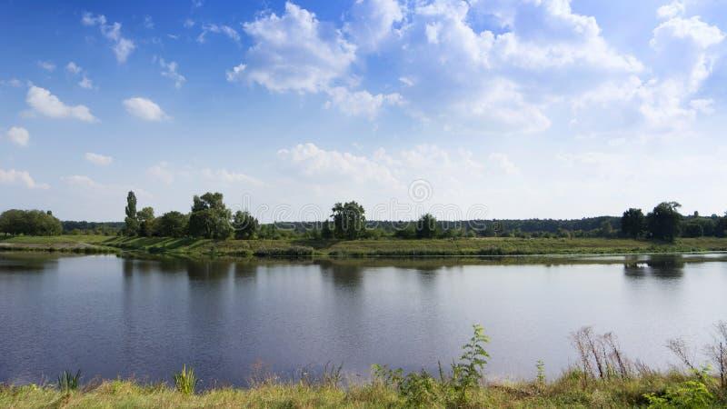 Paisaje idílico del riverbank imagen de archivo