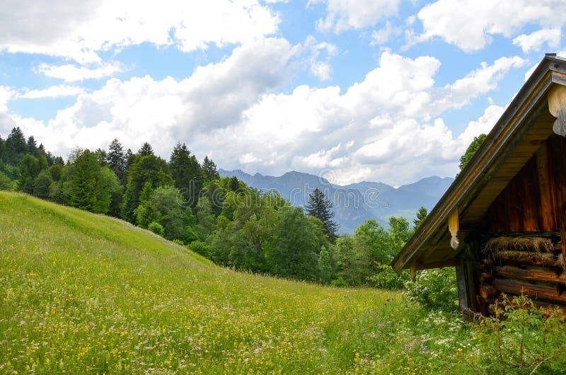 Paisaje idílico en las montañas bávaras, Garmisch Patenkirchen, Alemania fotografía de archivo libre de regalías