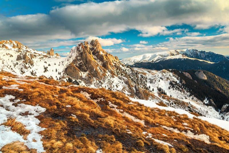 Paisaje imponente con las altas montañas, Ciucas, Transilvania, Rumania, Europa del otoño fotografía de archivo